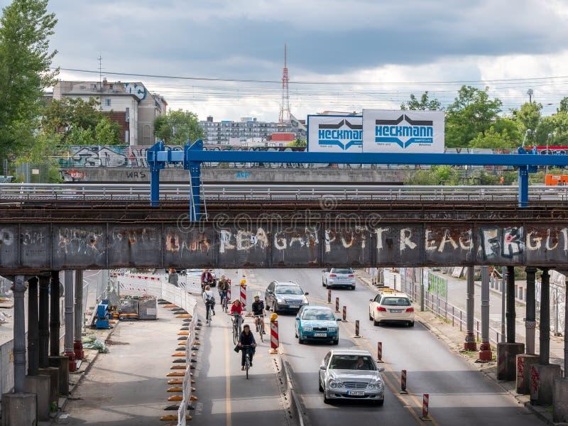 在历史的Yorckstrasse桥梁的交通在柏林,德国 图库摄影
