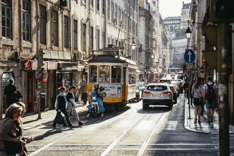在历史Alfama的繁忙的城市街道场面 库存照片