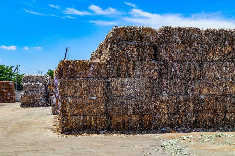 在压入水力打包的垃圾新闻机器以后回收产业纸板垃圾和纸废物对密集的正方形 库存图片
