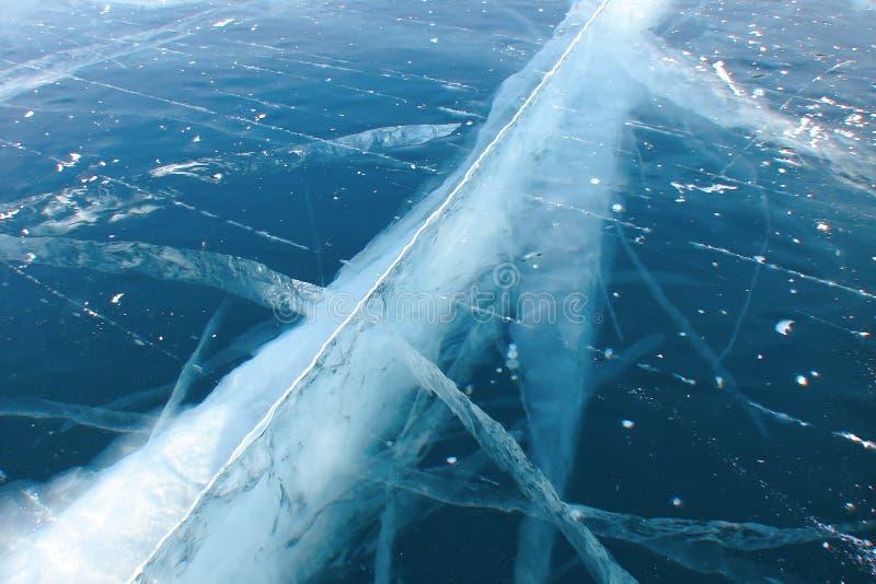 在厚实的深蓝冰的深裂缝 免版税库存图片