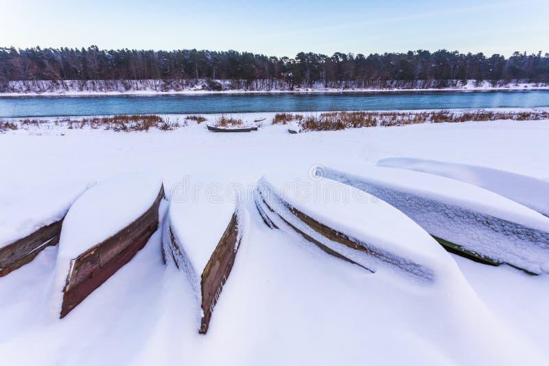 在厚实的雪盖的小船在冬天 免版税库存图片