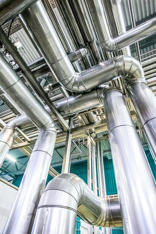 在原料乳工厂的钢管道 免版税库存图片