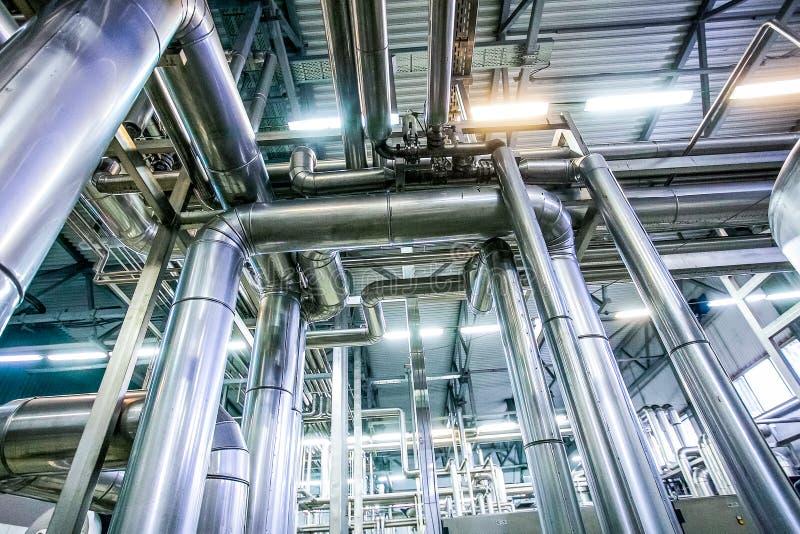 在原料乳工厂的钢管道 免版税库存照片