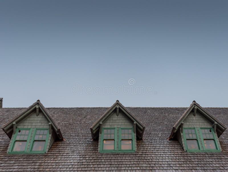 在原木小屋屋顶的屋顶窗 图库摄影