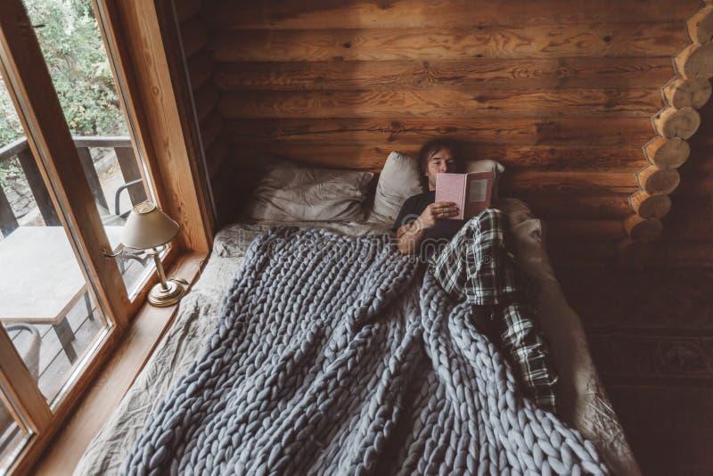 在原木小屋的舒适冬天周末 库存图片