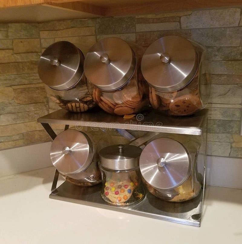 在厨台上面的饼罐 库存图片