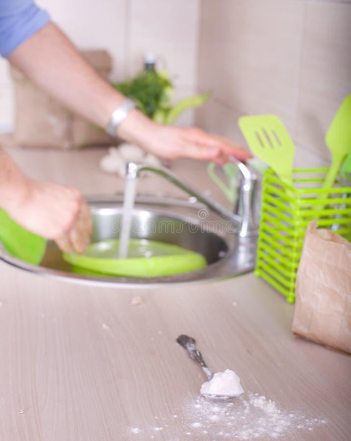 在厨房工作以后的洗涤的盘 图库摄影
