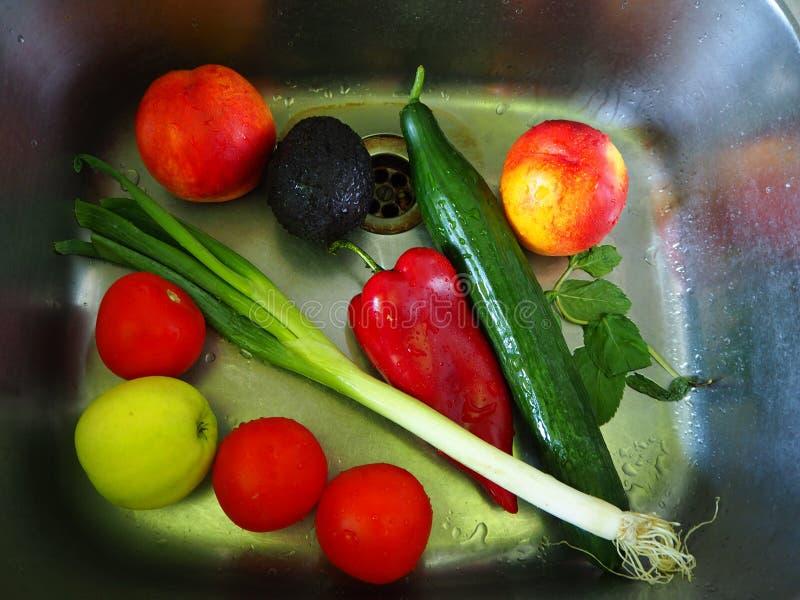 在厨房水槽洗涤的五颜六色的新鲜蔬菜 库存照片