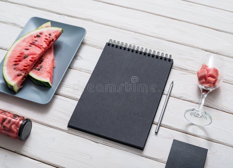 在厨房用桌上的写生簿 库存照片