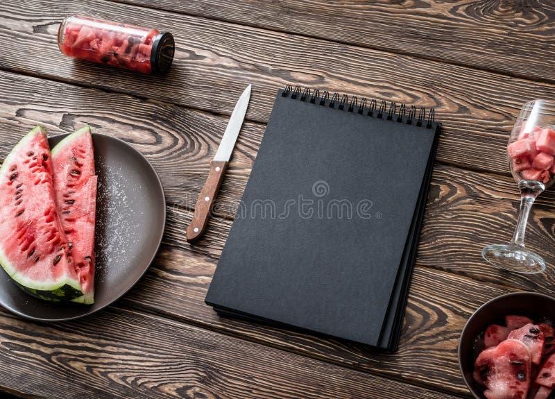 在厨房用桌上的写生簿 库存图片