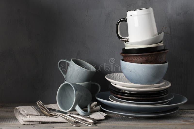 在厨房用桌上的各种各样的陶器 免版税库存图片