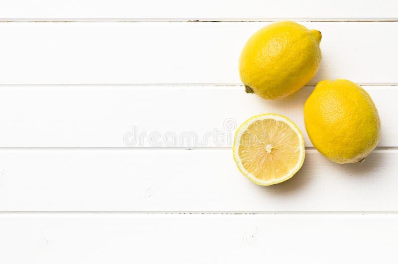 在厨房用桌上的新鲜的柠檬 免版税库存照片