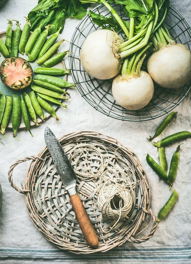 在厨房用桌上的新鲜蔬菜与柳条盘子和刀子,顶视图 健康食品吃概念 r Keto或paleo 库存照片
