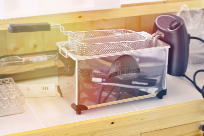 在厨房用桌上的电炸锅在厨房里 免版税图库摄影