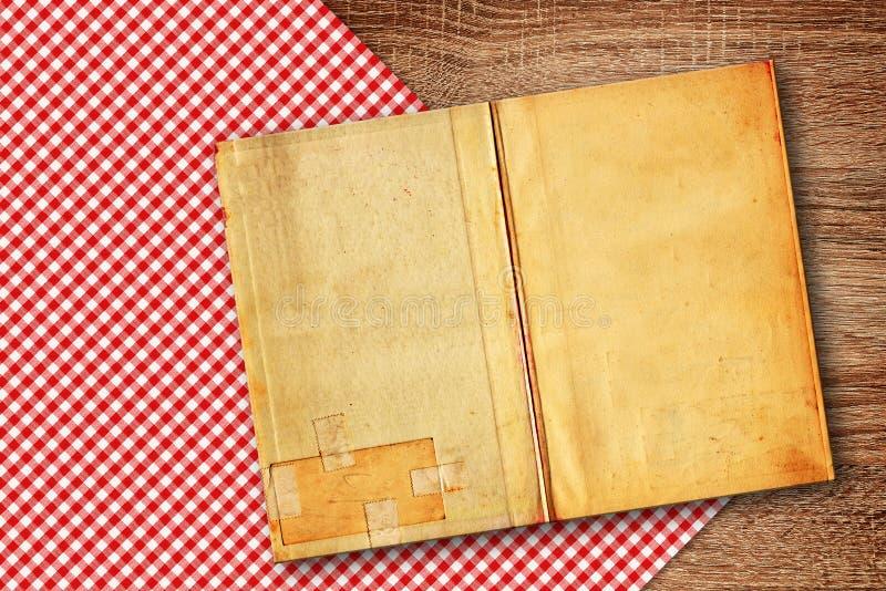 在厨房用桌上的老食谱书 免版税库存照片
