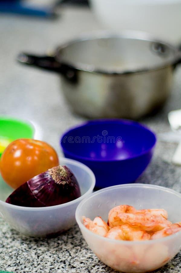 在厨房的五颜六色的塑料碗 免版税库存照片