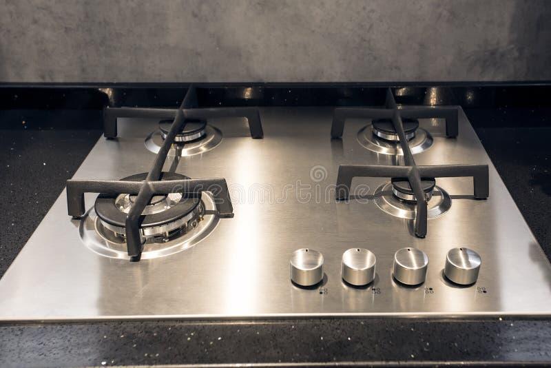 在厨房的光滑的不锈的煤气炉 免版税库存图片