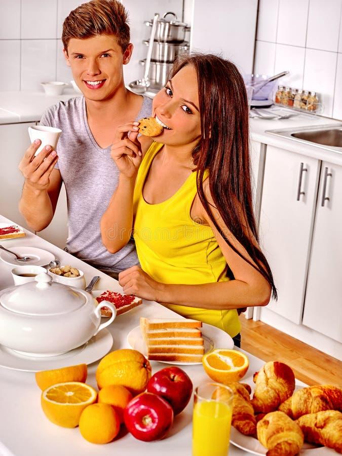 在厨房的夫妇早餐 库存照片