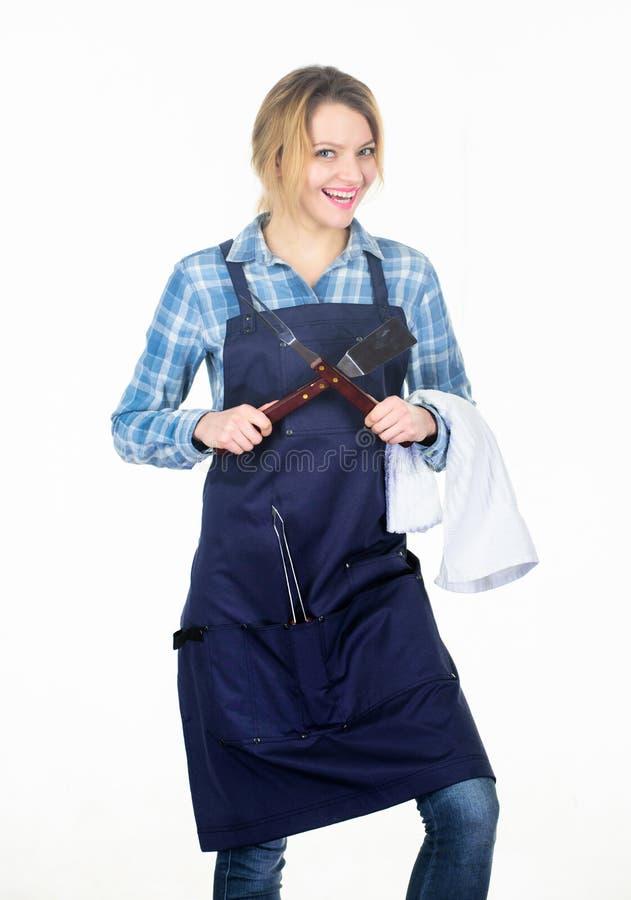 在厨房的秀丽 r 妇女举行厨房用具 为厨师的工具 i 免版税库存图片