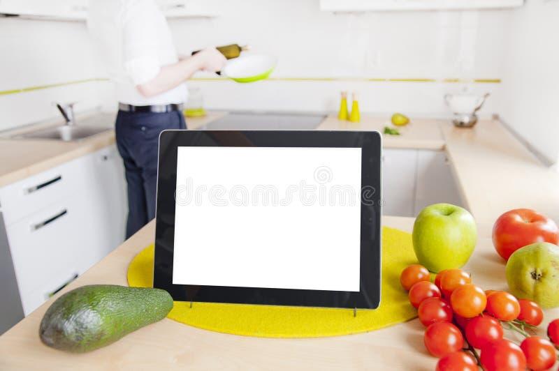 在厨房里压片有黑屏的计算机 图库摄影