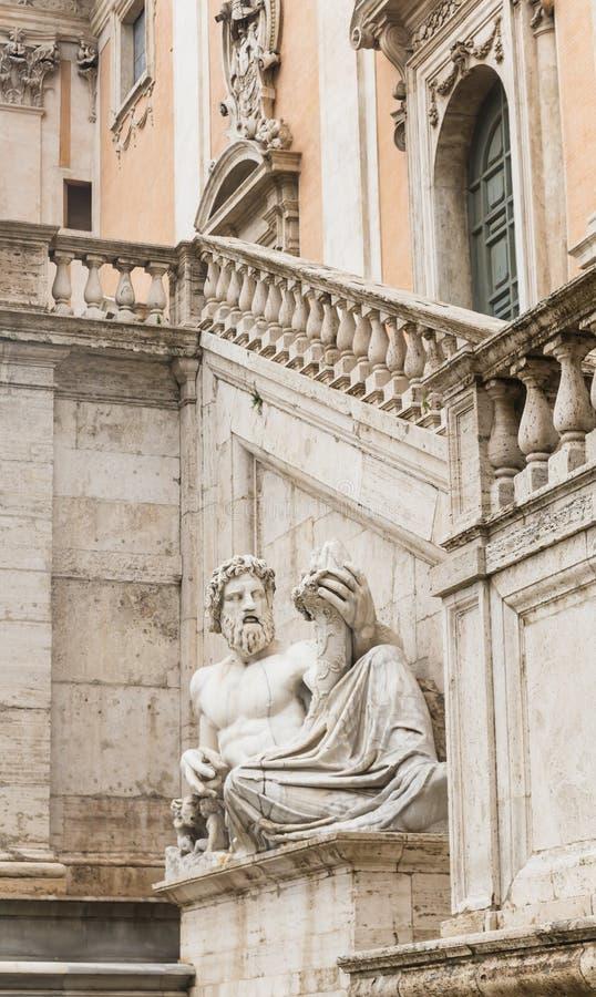 在参议院宫殿的墙壁的雕塑 国会大厦 免版税库存照片