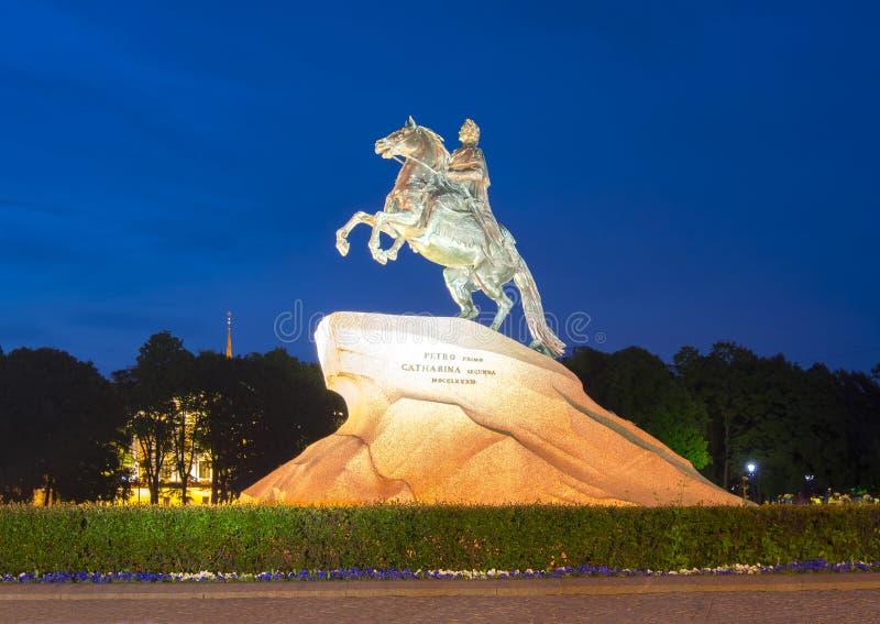 在参议院正方形在晚上,圣彼德堡,俄罗斯的彼得大帝纪念碑 免版税库存照片
