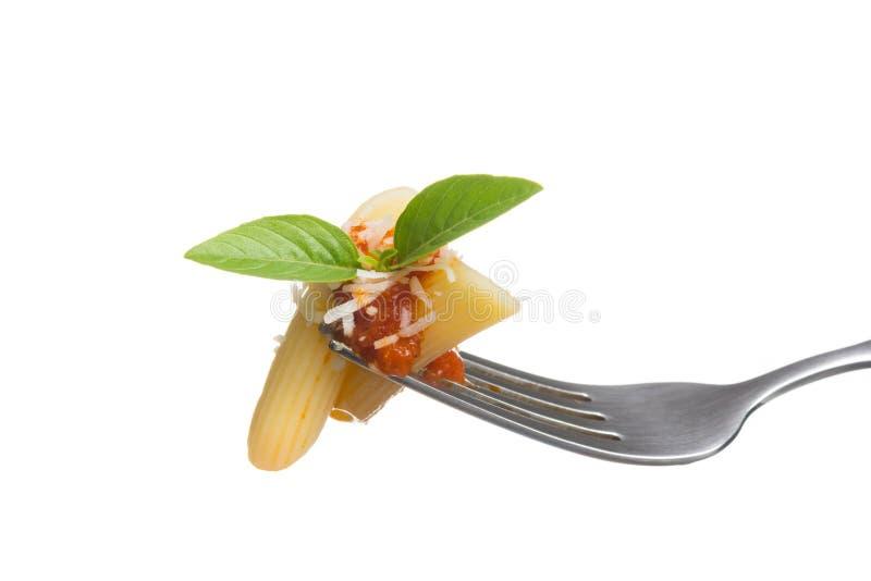 在叉子的意大利面团用新鲜的西红柿酱,被磨碎的巴马干酪c 免版税库存图片