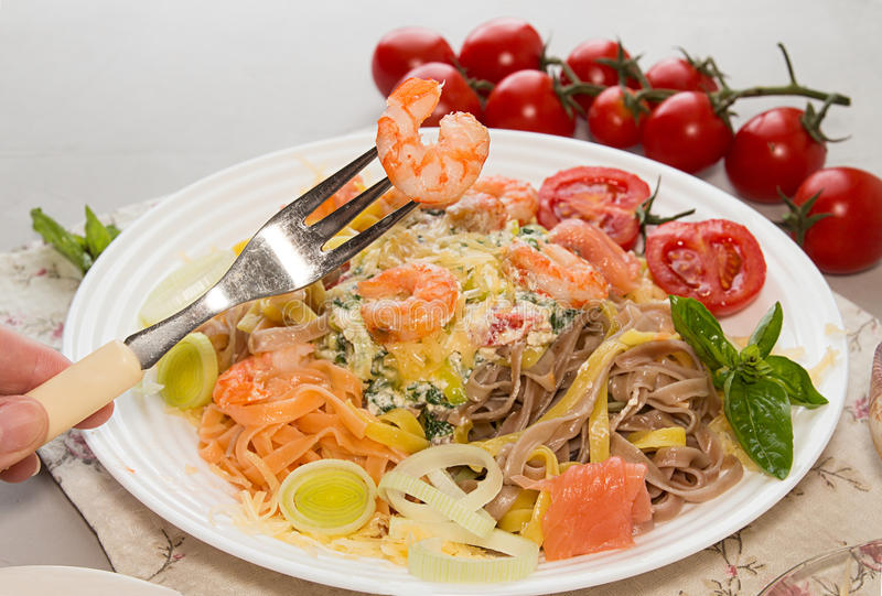 在叉子的虾在板材上 与烤shri的面团tagliatelle 免版税库存图片
