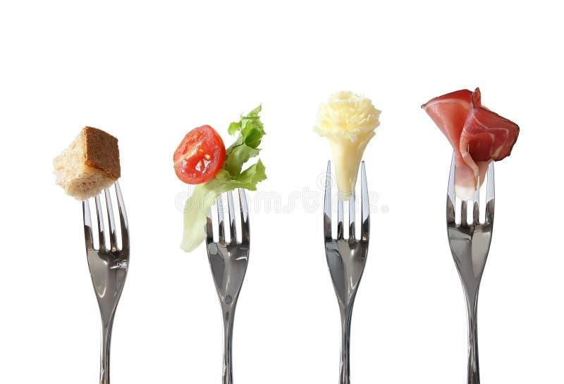 在叉子的食物: 面包、蔬菜、干酪和mea 库存照片
