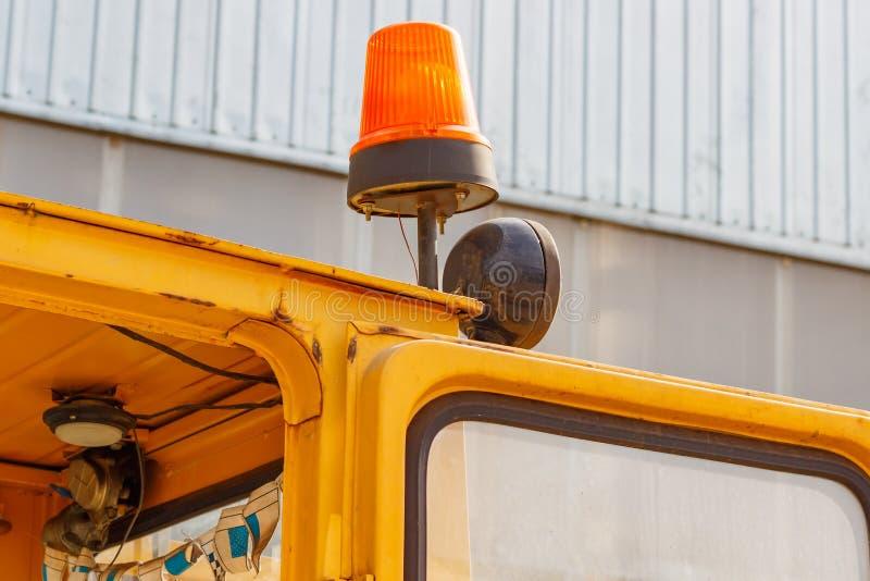 在叉架起货车特写镜头的橙色闪动的烽火台 库存图片