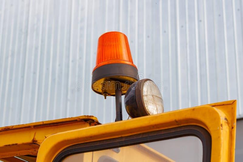 在叉架起货车特写镜头的橙色闪动的烽火台 库存照片