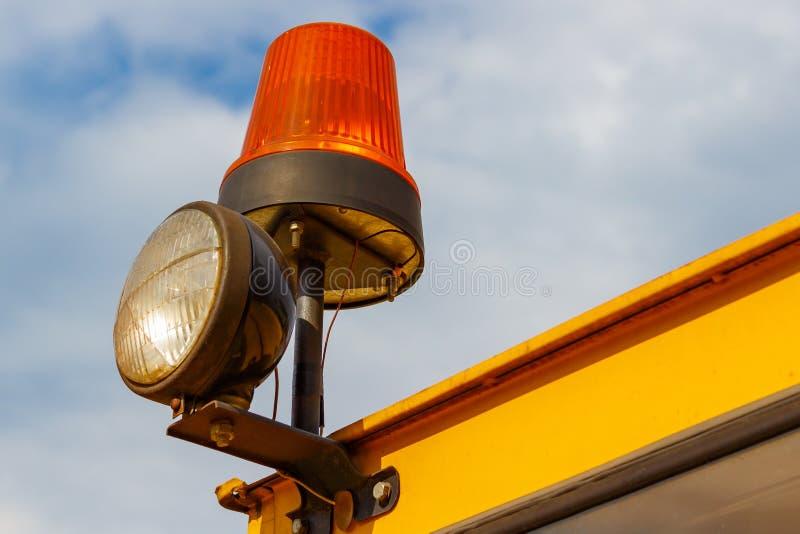 在叉架起货车特写镜头的橙色闪动的烽火台 免版税库存照片