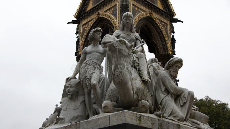在双排扣的男礼服纪念品的埃及雕象在伦敦 库存图片