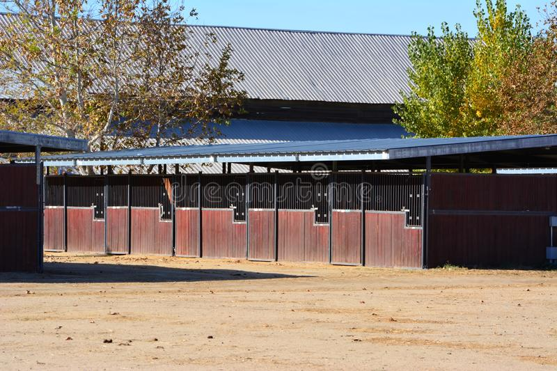 在双河大农场的木shedrow牛栏设备 免版税库存照片