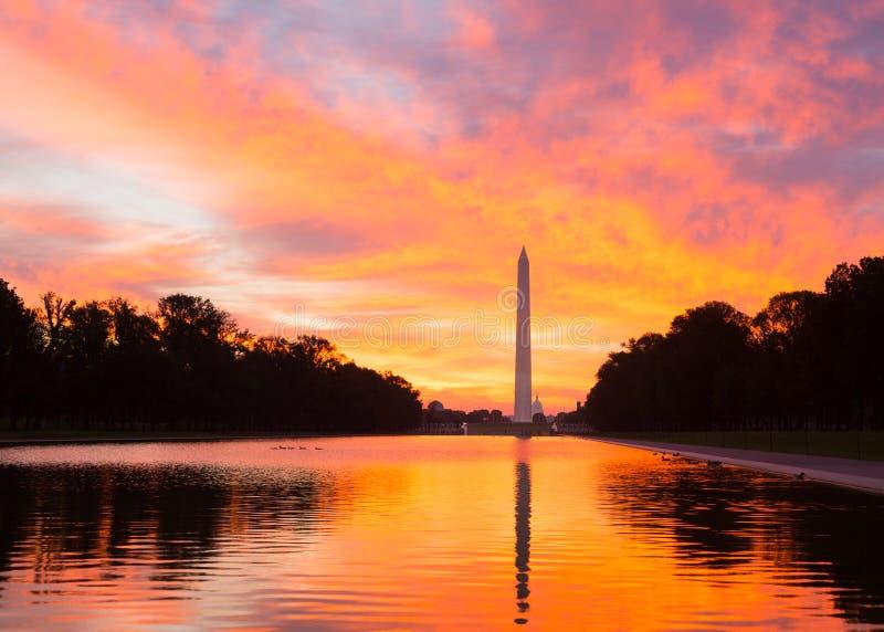 在反射水池DC的精采日出 免版税库存图片
