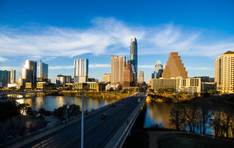 在反射黄光的奥斯汀得克萨斯现代大厦的天线地平线 免版税库存图片