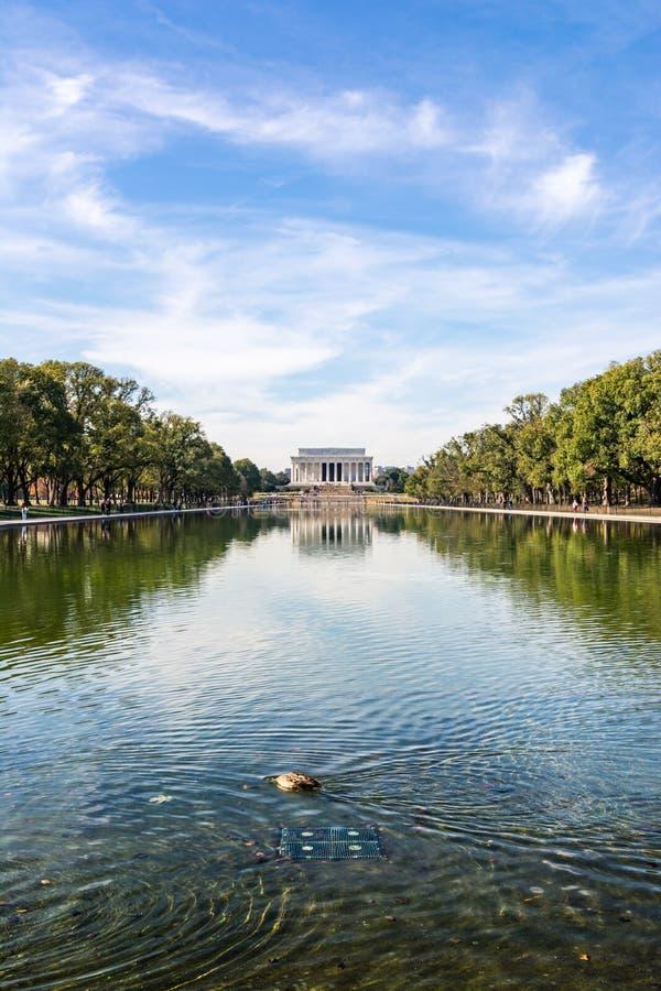 在反射水池全国购物中心白天洗涤的林肯纪念堂 免版税库存图片
