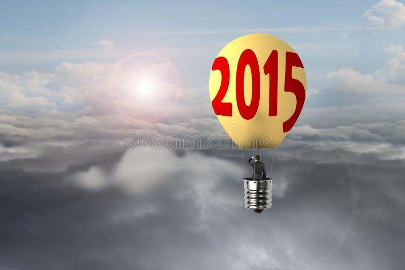 在发光的黄色电灯泡2015热空气气球飞行的商人 向量例证
