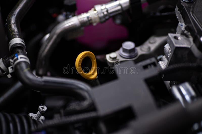 在发动机的黄色油量油计 免版税图库摄影