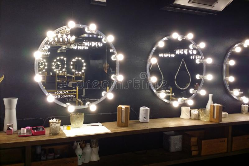 在发廊的大气黑内部 有电灯泡的镜子 地方为组成 图库摄影