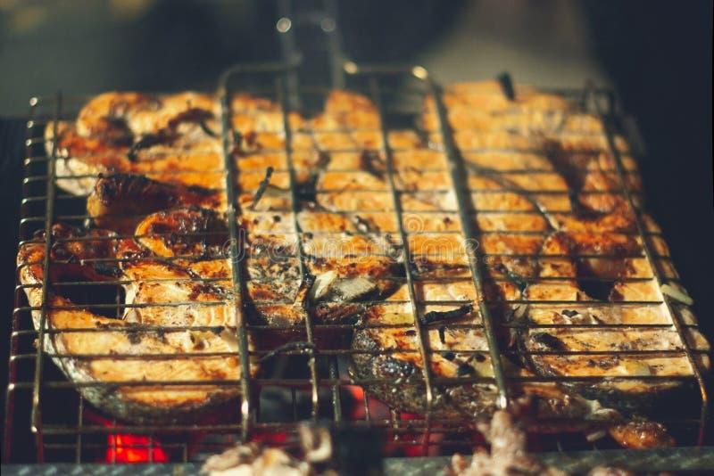 在发火焰的烤鲑鱼排 库存图片