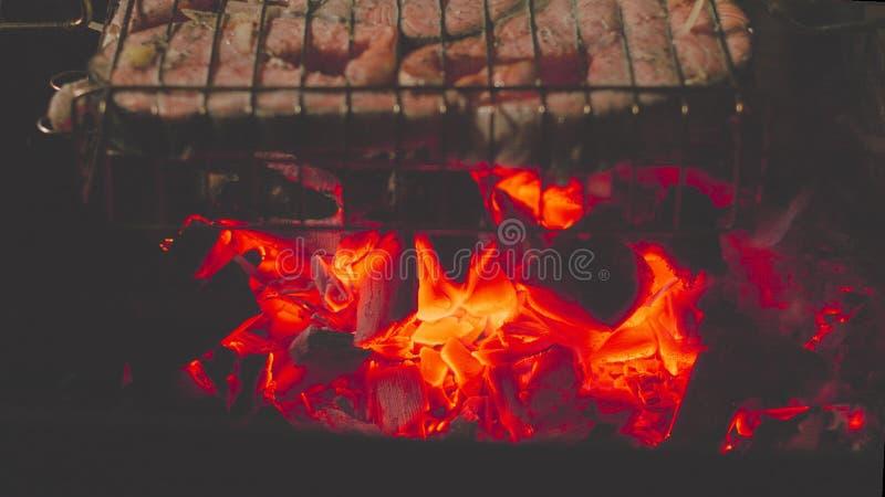 在发火焰的烤鲑鱼排 免版税库存照片