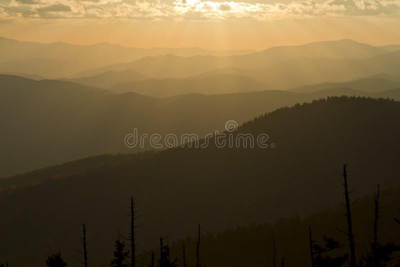 在发烟性山的日出 库存照片