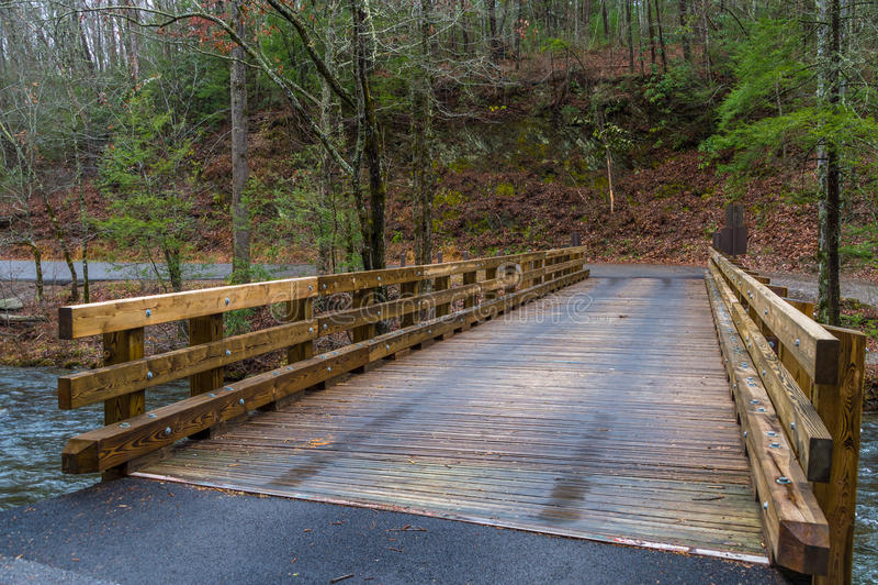 在发烟性山的木桥 免版税库存照片