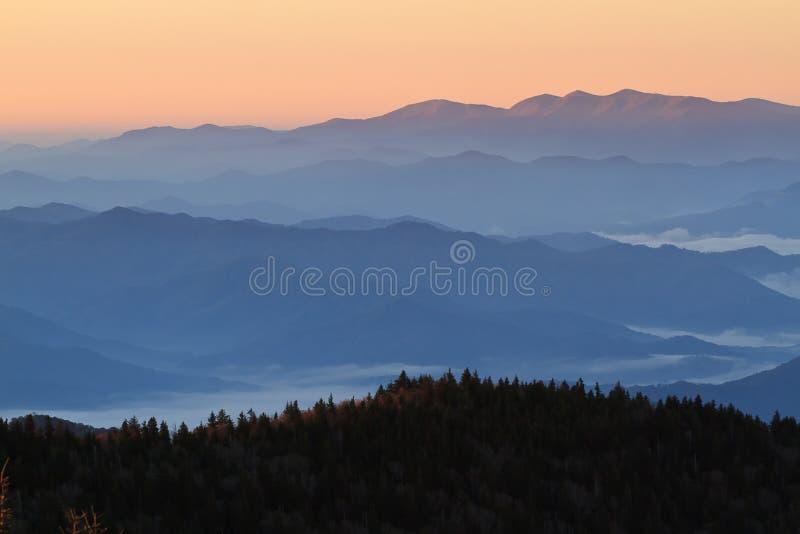 在发烟性山的黎明 免版税库存照片