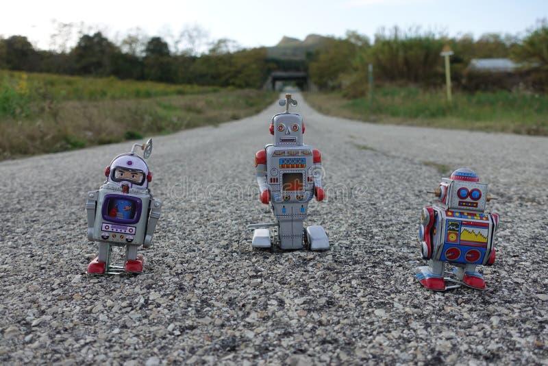 在发现世界的柏油路的机器人 图库摄影