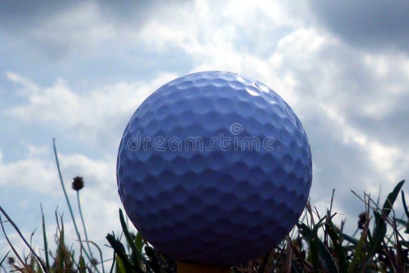 在发球区域的高尔夫球在极端关闭在蓝天下 库存图片