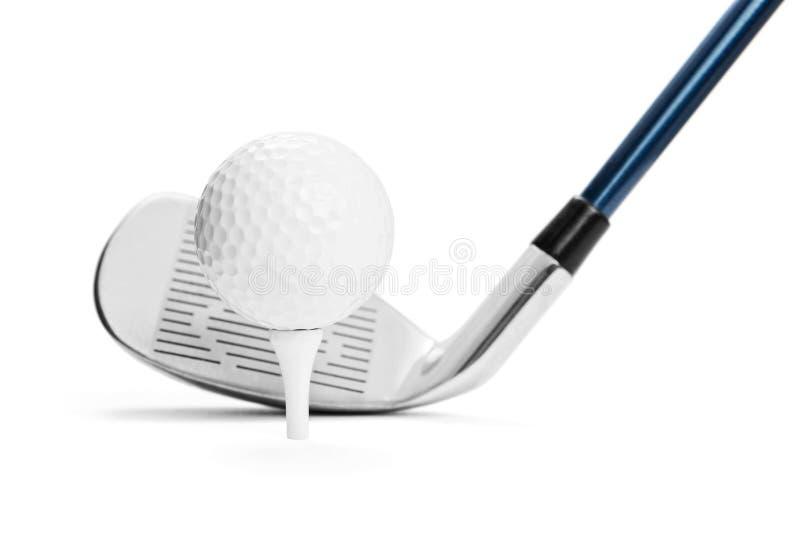 在发球区域的高尔夫球在高尔夫球棍子前面 图库摄影
