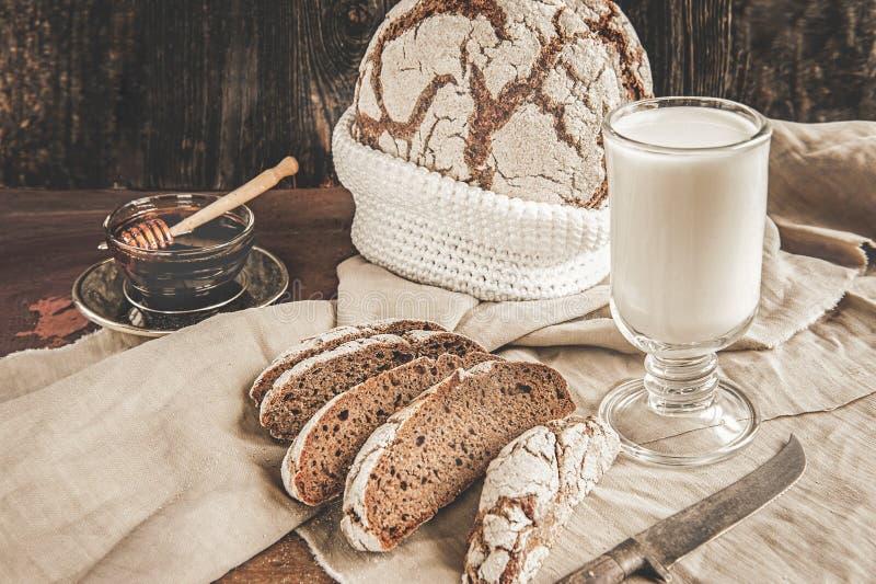 在发酵母黑麦的可口家制面包在一块板材用蜂蜜和牛奶 烘烤自创 库存照片