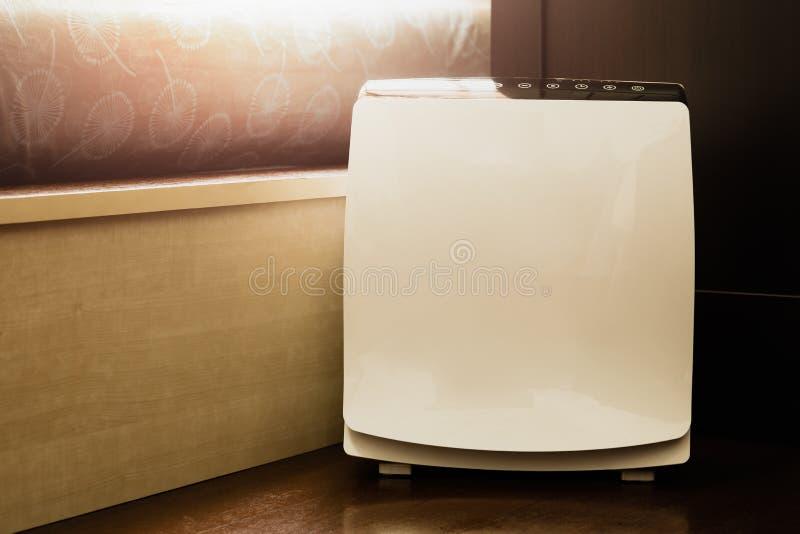 在取消美好的尘土的床室擦净剂的空气净化器在房子里 免版税图库摄影